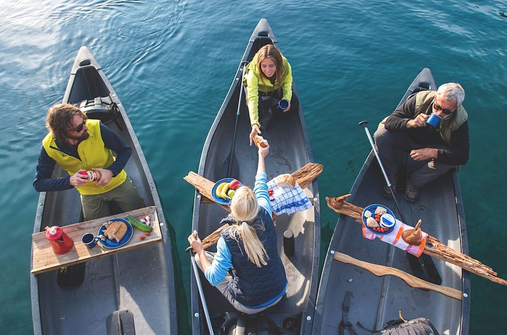 Пикник в каноэ на воде. Вкусные и полезные перекусы