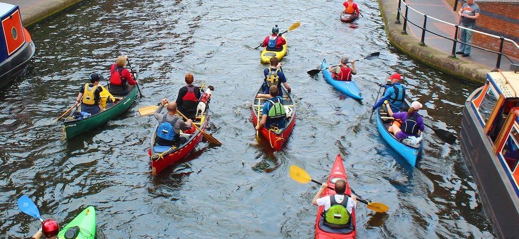 Каноэ и каяки на воде в канале