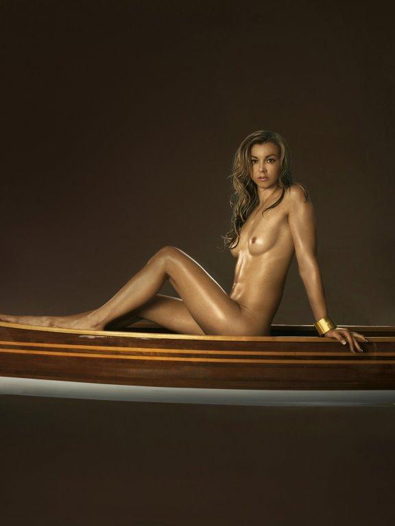 Николь Райнхардт в каноэ верхом в журнале Playboy De