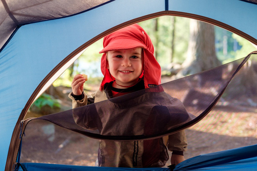 Счастливые дети в походе на природе