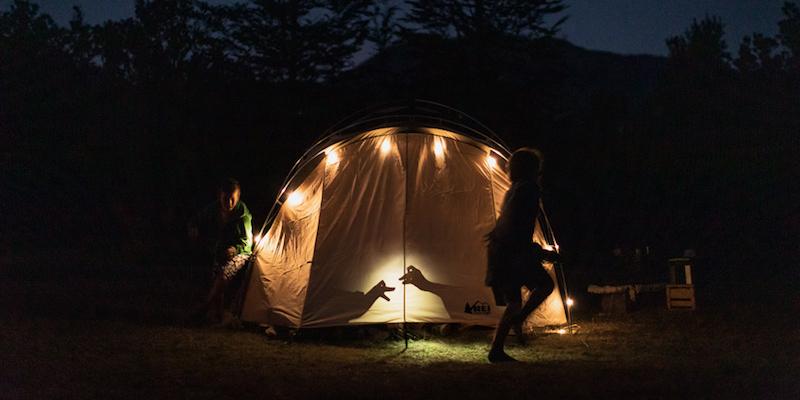 вечерине игры в палаточном лагере в походе на каноэ