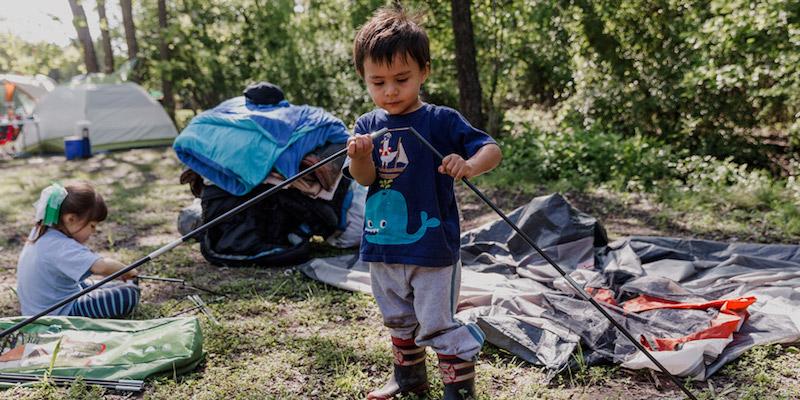 дети помогают ставить палатку в кемпинге