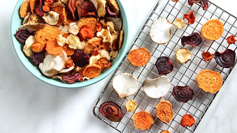 Домашние чипсы из сушёных овощей (фото на решётке)