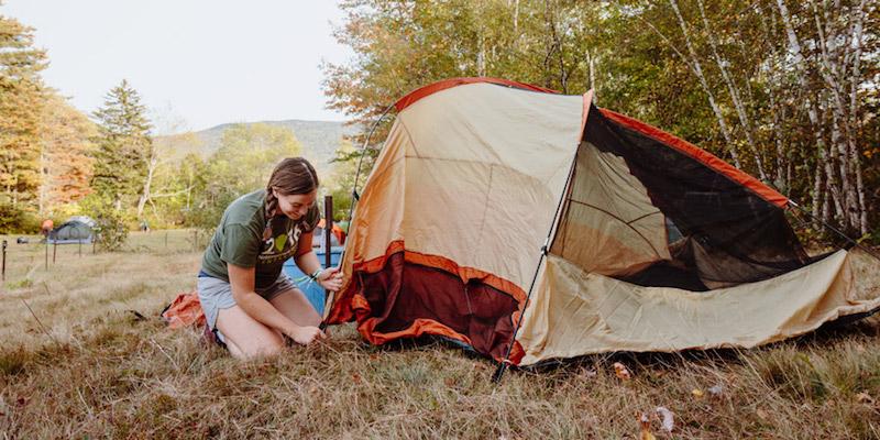 отдельная небольшая палатка для подростков на кемпинге